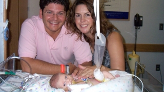 Vincenzo with his parents in the N/IICU